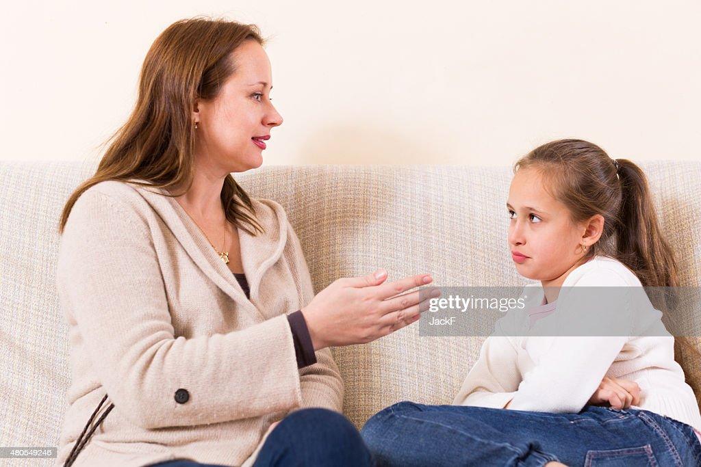 Mujer vergonzante little daughter : Foto de stock