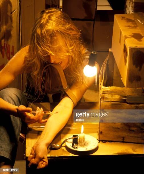 Frau schießen Heroin in schmutziges Zimmer