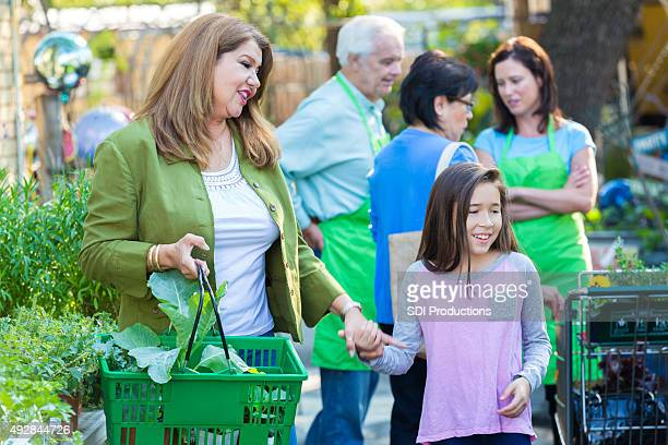 Femme shopping au magasin de jeune fille de jardinage