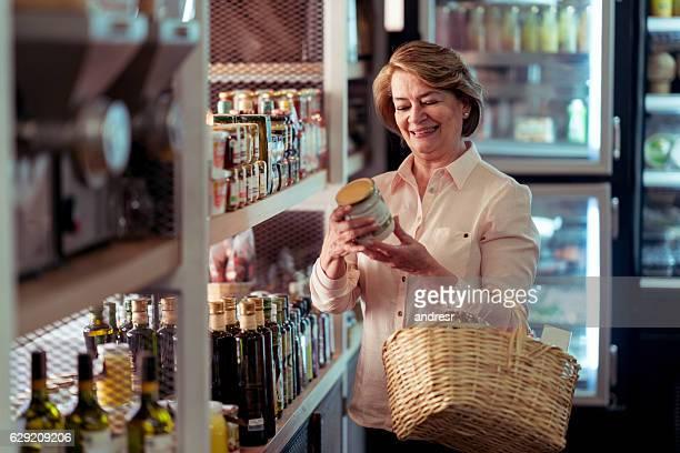 Mujer de compras en el supermercado