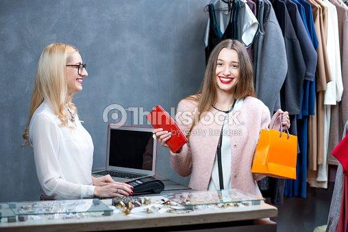 Donna shopping vestiti   Foto stock 2972e87ee7e