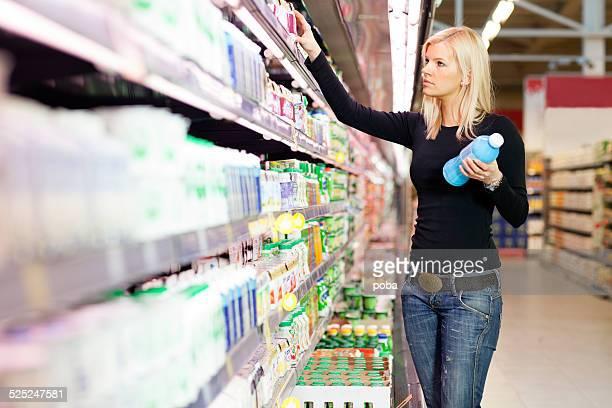 Frau shopping für Milchprodukte mit einem Supermarkt