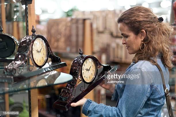 Frau Shopping für die Uhr