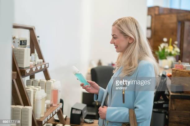 Frau für Beauty-Produkte in einem Geschäft einkaufen