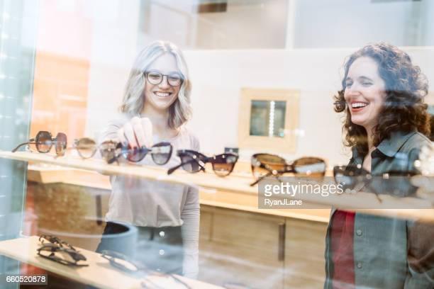 Femme Shopping pour lunettes