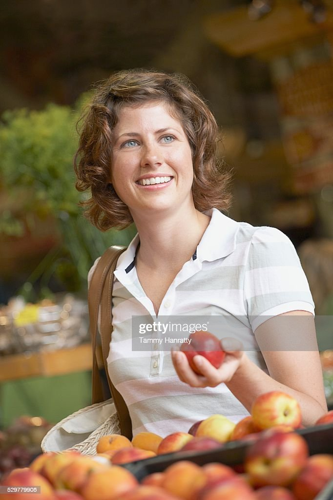 Woman shopping for groceries : Stockfoto