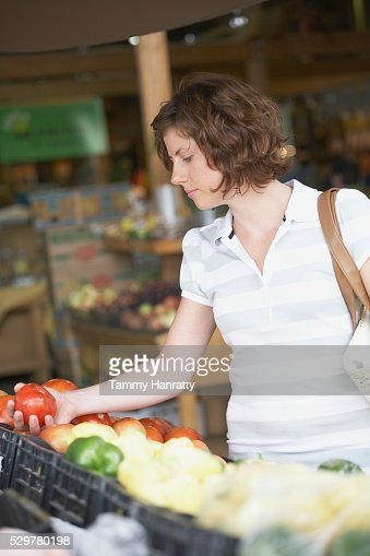 Woman shopping for groceries : Stock-Foto