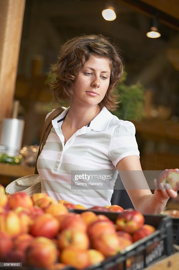Woman shopping for groceries : Photo