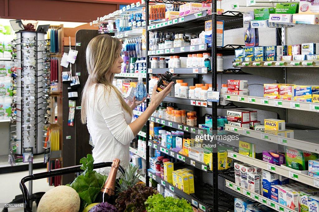 Femme shopping pour la santé et beauté fournitures de bureau : Photo