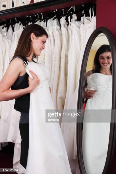 Frau Shopping für Hochzeit Kleid