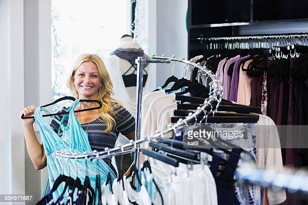 Frau Einkaufen in Kleidung Shop