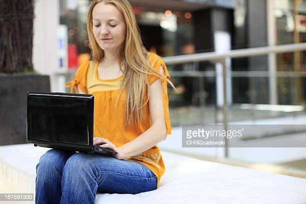 Mulher às compras na Internet