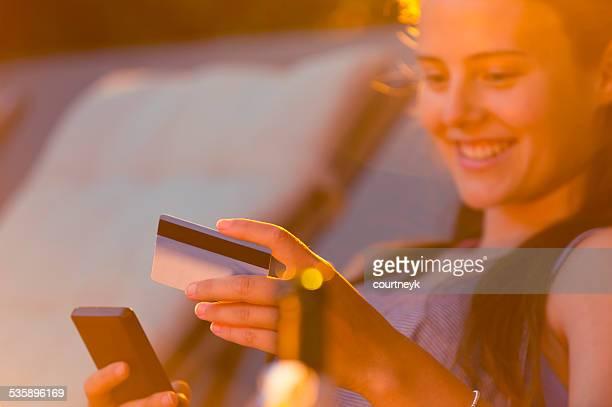 Frau online-shopping mit einem Handy.