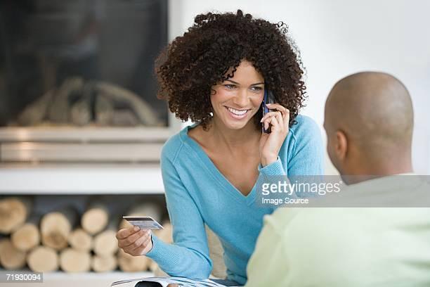 Femme shopping sur le téléphone