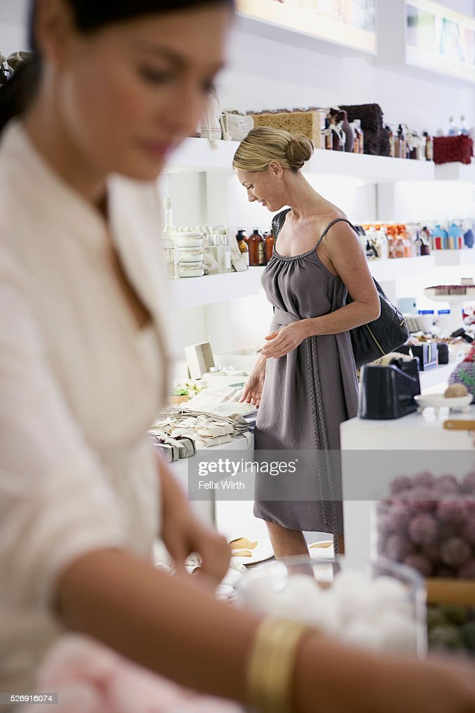 Woman shopping : Bildbanksbilder