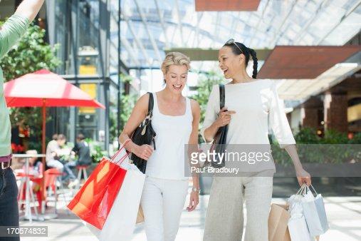 Woman shopping together : Bildbanksbilder