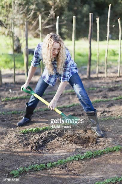 Donna spalare sporco in giardino