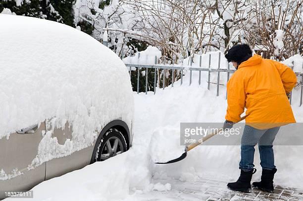 Frau shovelling Auffahrt