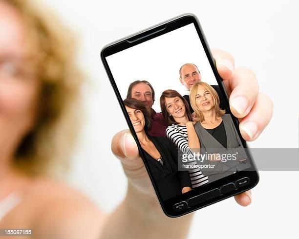 Mujer mostrando imagen de su familia