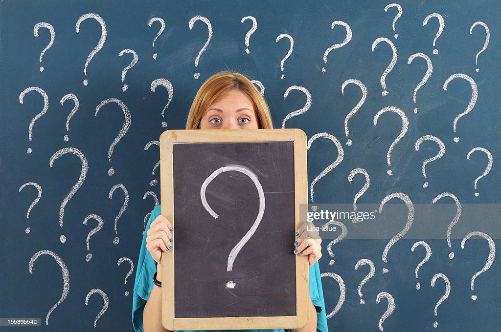 Frau mit Fragezeichen auf Tafel : Stock-Foto