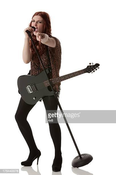 Mujer cantar con el micrófono