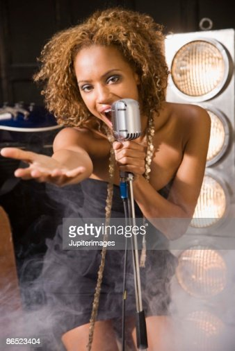 Woman singing : Stock-Foto