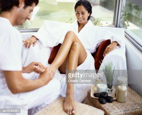 фото парень девушке делает массаж