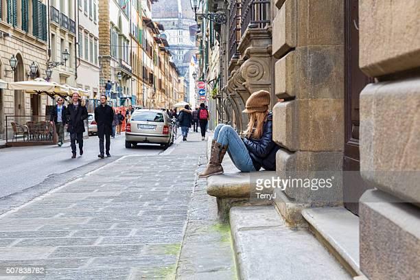 Donna si trova al di fuori di SMS mentre si cammina strade di Firenze