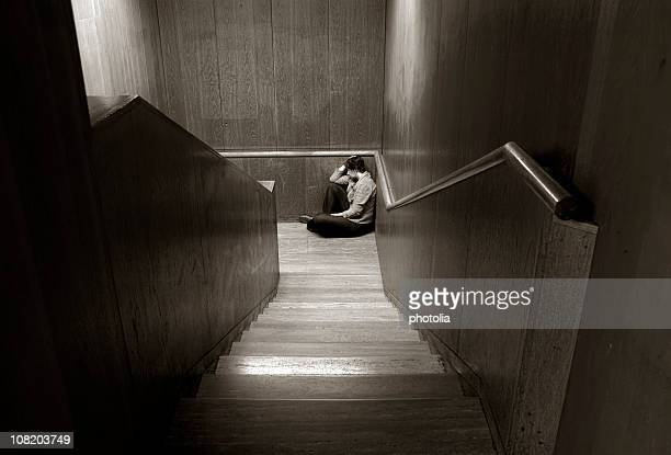 Donna seduta alla fine delle scale