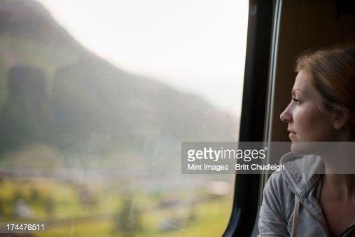 女性のラウンジで、鉄道の窓の外には、