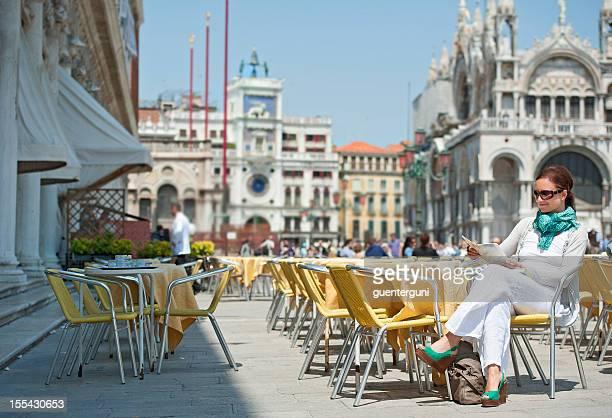 Donna seduta in un caffè, a ´ Piazza San Marco, Venezia
