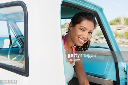 Woman sitting in car and smiling : Stockfoto