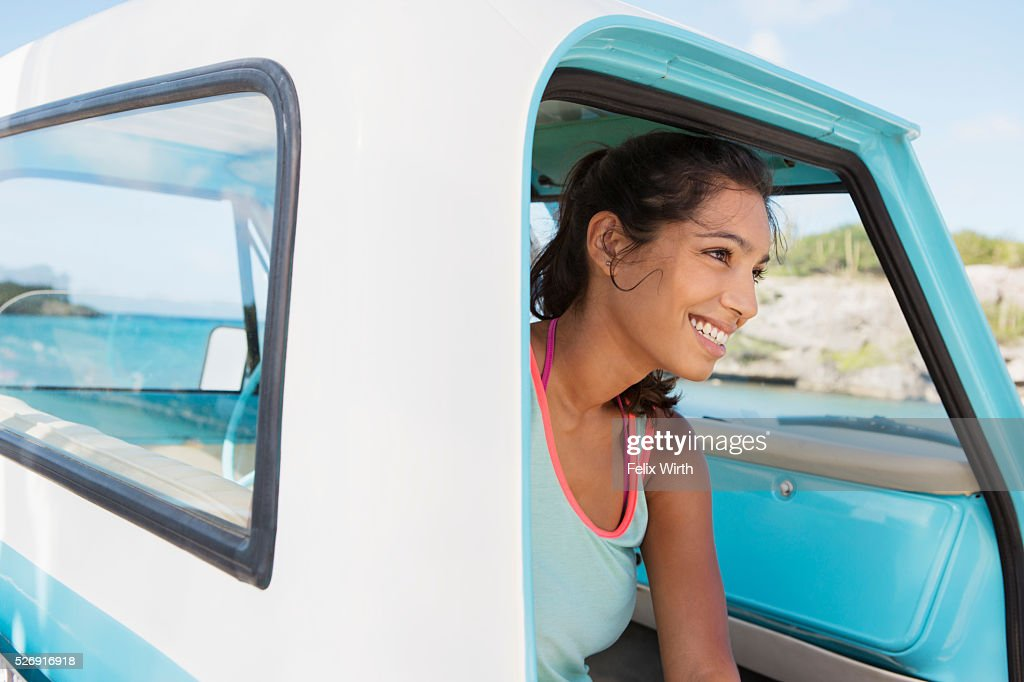Woman sitting in car and smiling : Foto de stock