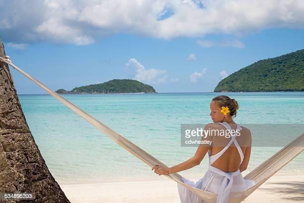 Frau in einer Hängematte am Strand im Hafen St.John, USVI