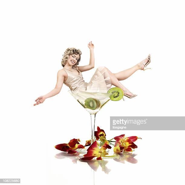 Femme assise dans un verre à Martini