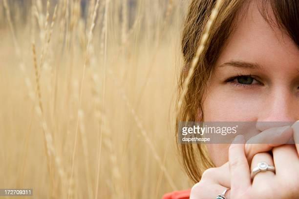 Donna seduta in campo di grano
