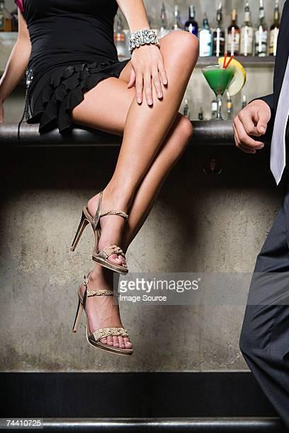 Femme assise sur le bar