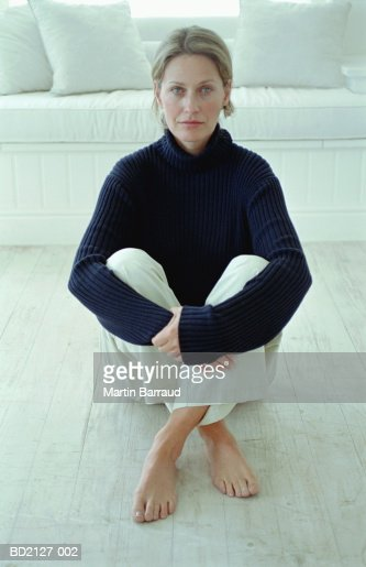 Woman sitting on floor, close-up, portrait : Foto de stock