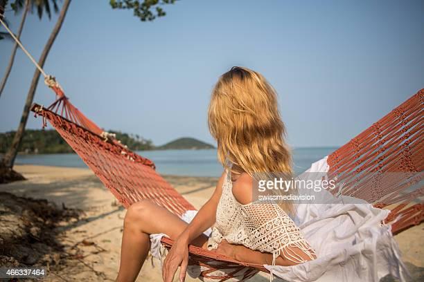 Frau sitzt auf der Hängematte, exotischen Strand