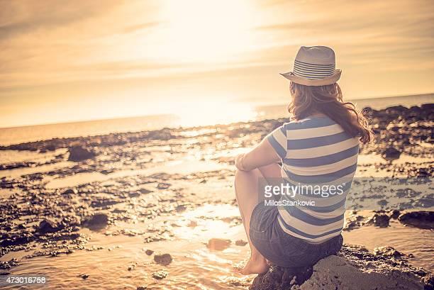 Donna sul mare al tramonto
