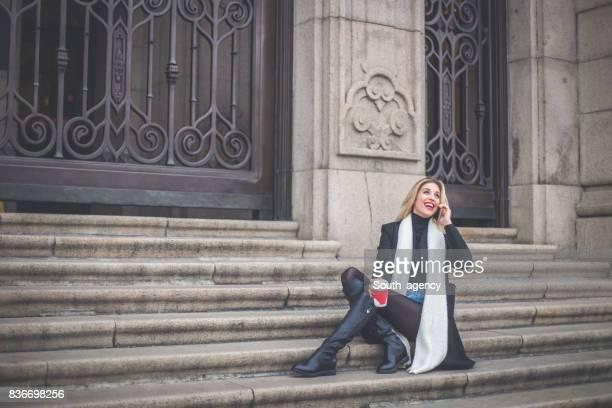 Frau sitzt auf der Treppe
