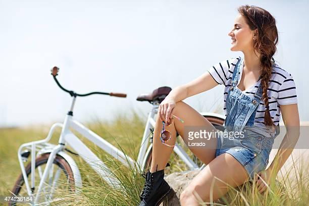 Frau sitzt auf Stein nahe Meer