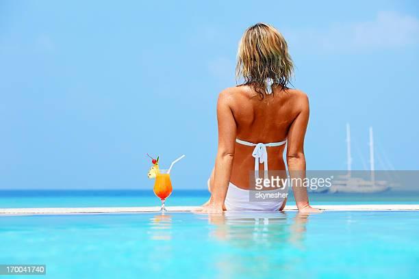 Donna seduta in piscina