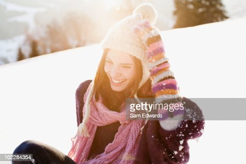 Mujer sentada al aire libre en la nieve