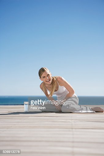 Woman sitting outdoors on deck : Stockfoto