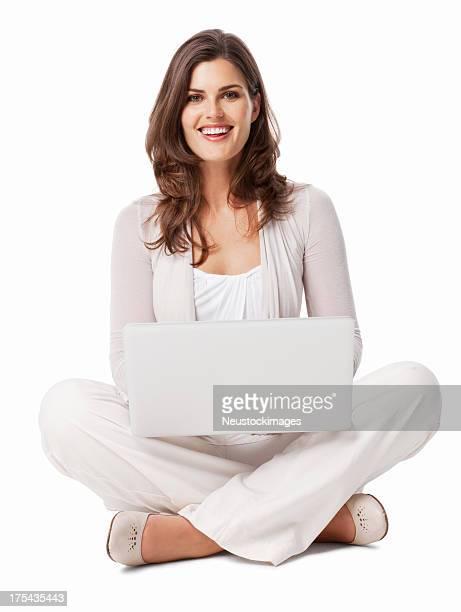 Femme assise avec un ordinateur portable-isolé