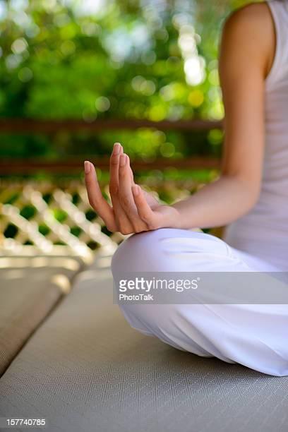 Frau sitzt mit Yoga Lotus Position