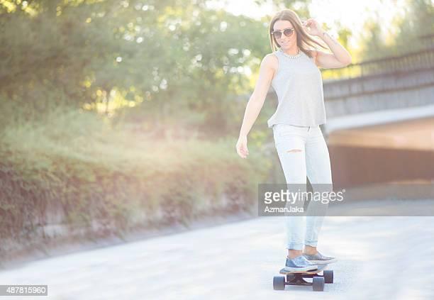 Mulher skateboarding ao ar livre