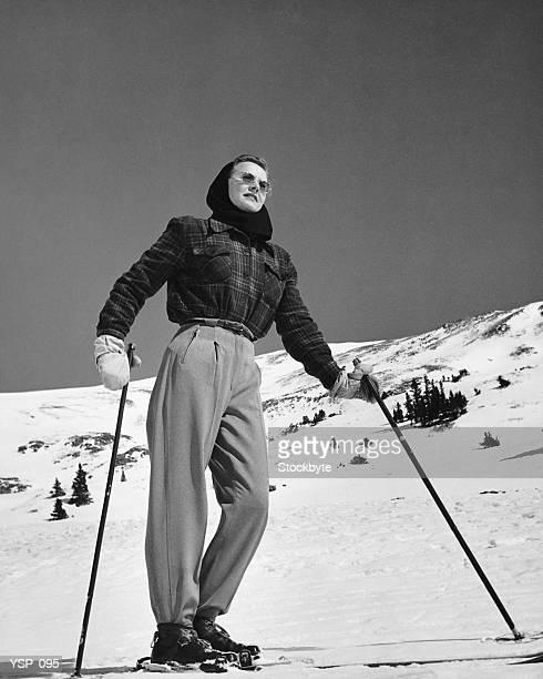 Donna in piedi di sciatore sulle piste