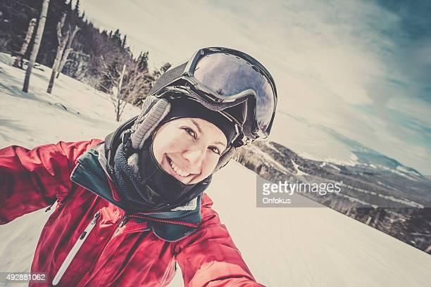 Donna prendendo un Selfie sciatore sulla montagna